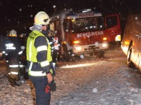 Eisregen und Schneefall verursachen Unfälle auf rutschigen Straßen